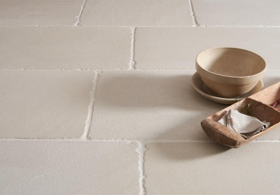 Een mooie bleke havermoutkleurige zandsteen tegel van Floorsofstone.com met subtiele oppervlaktestructuur en zwaar getrommelde randen.