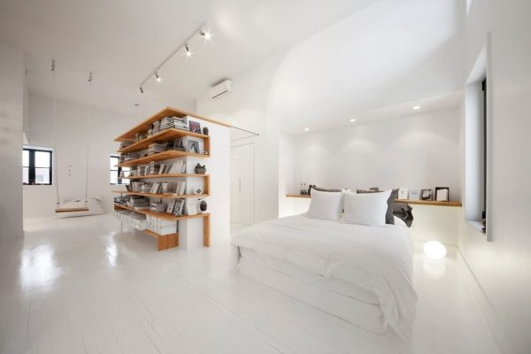 Open witte zolder slaapkamer