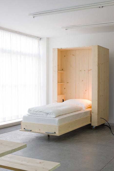 Opklapbaar bed tegen muur