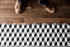Keuken met overloop van houten vloer naar tegels