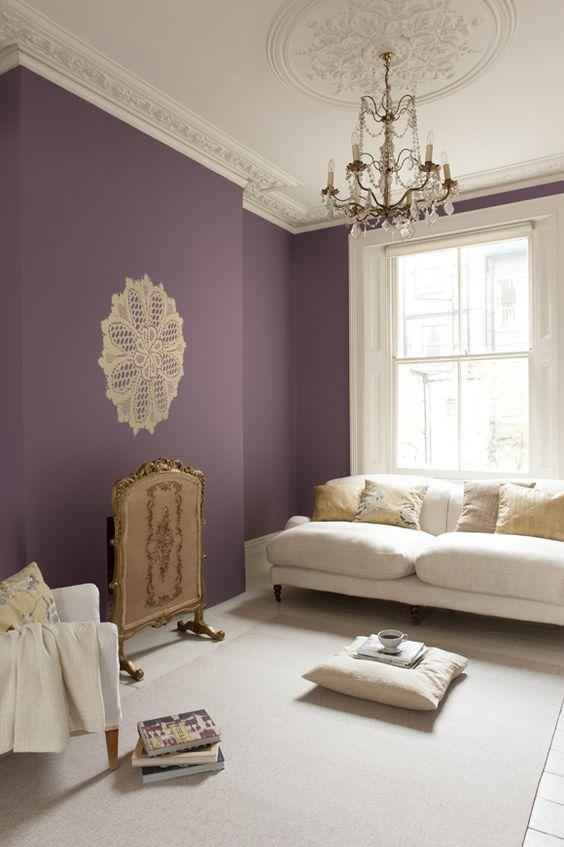paarse-muur-woonkamer-wit