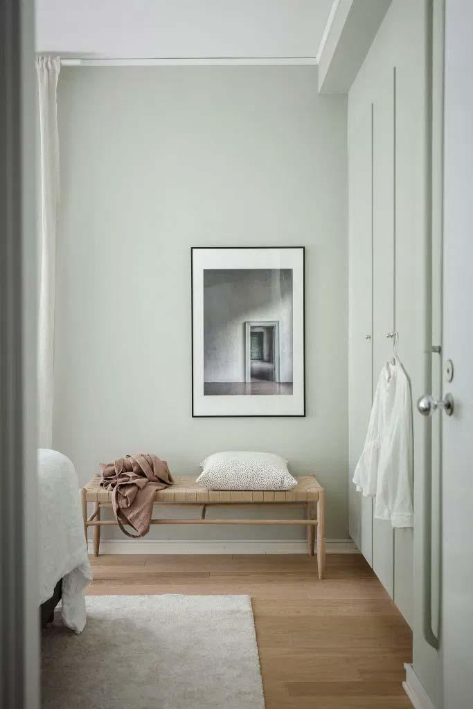 In deze slaapkamer zijn de muren en de inbouwkast pastelgroen geverfd!