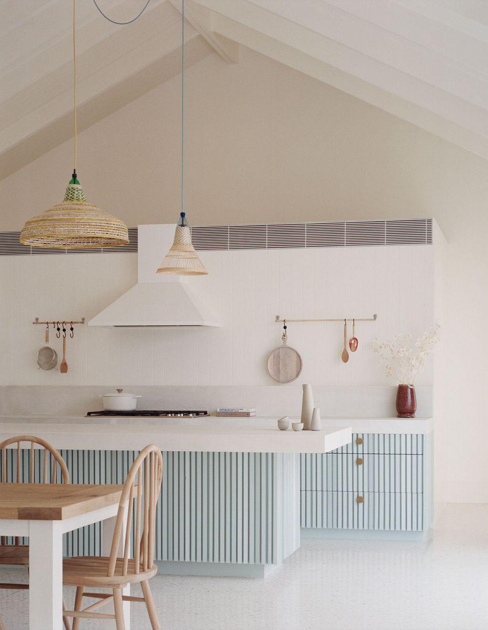 De mooie pastelblauwe keuken in het Soronto Beach House in Australië.