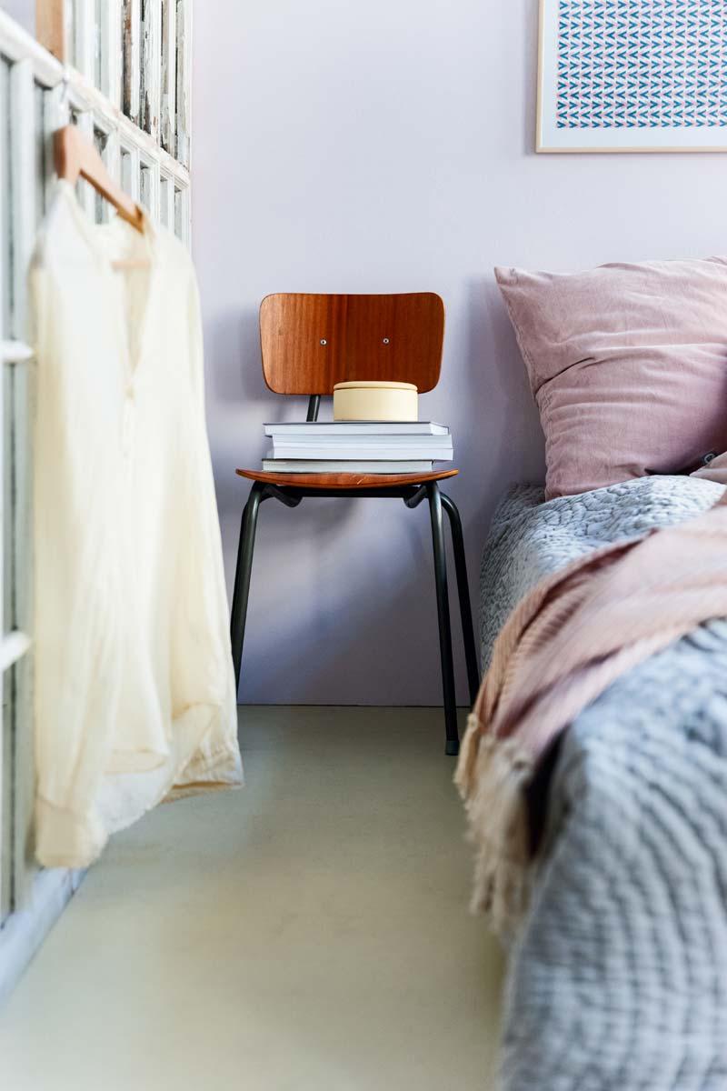 In deze slaapkamer is er gekozen voor een mooie pastelgroene marmoleum vloer.