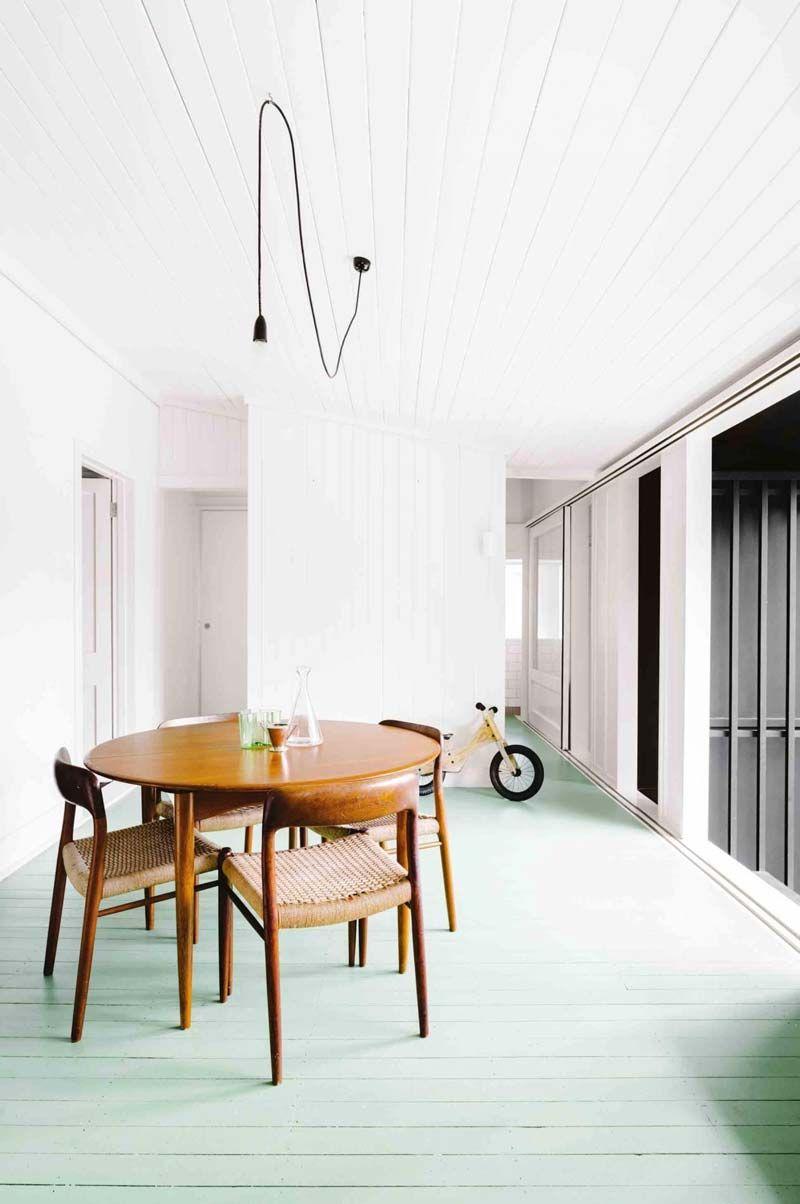In deze mooie keuken is de houten vloer mooi pastelgroen geverfd!