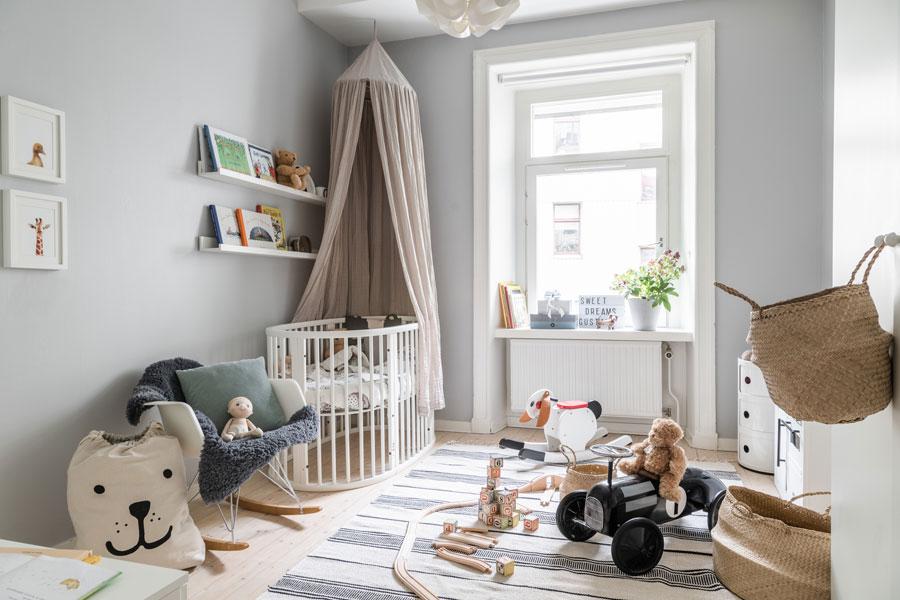 Ruime babykamer in neutrale tinten