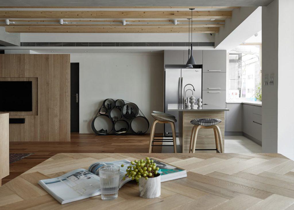 Ruime woonkamer met een creatieve indeling