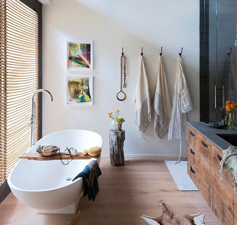 Rustieke badkamer met houten vloer