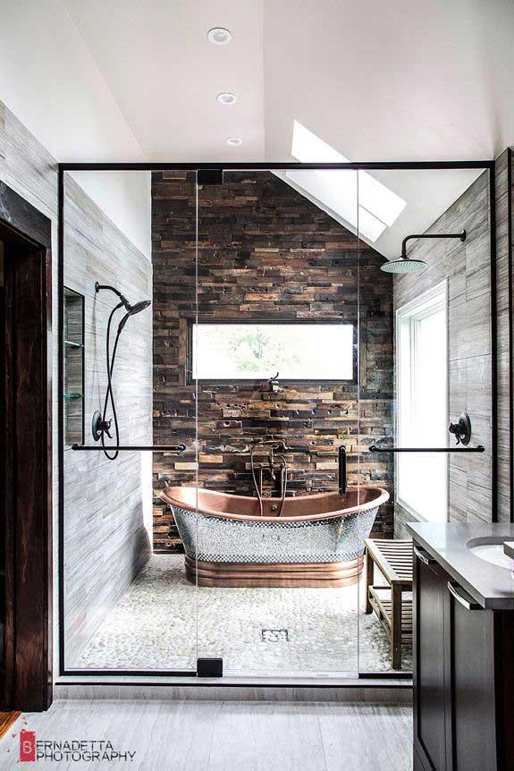 Rustieke badkamer met houten wandbekleding
