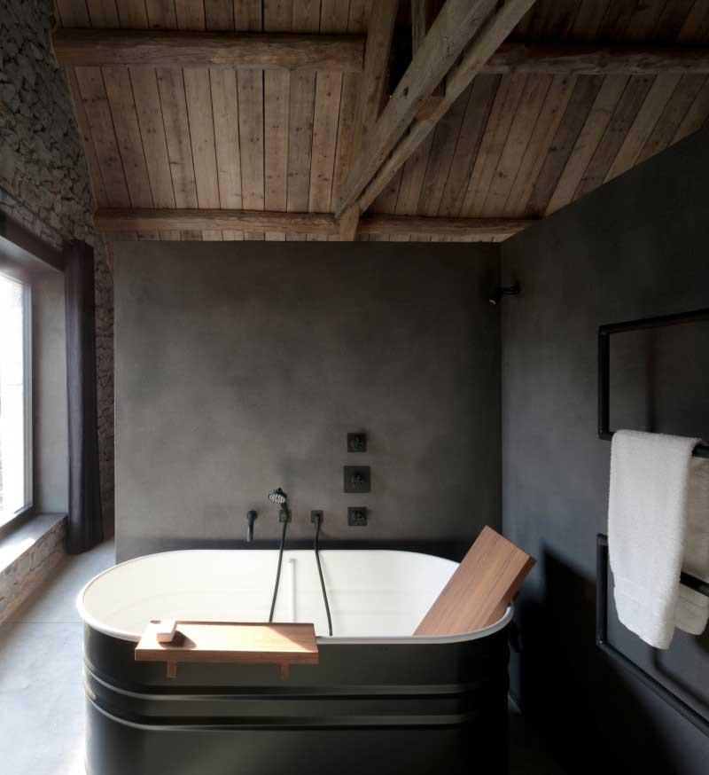 Rustieke badkamer met houten plafond