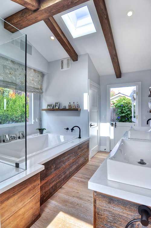 Rustieke badkamer met houten bekleding en houten balken