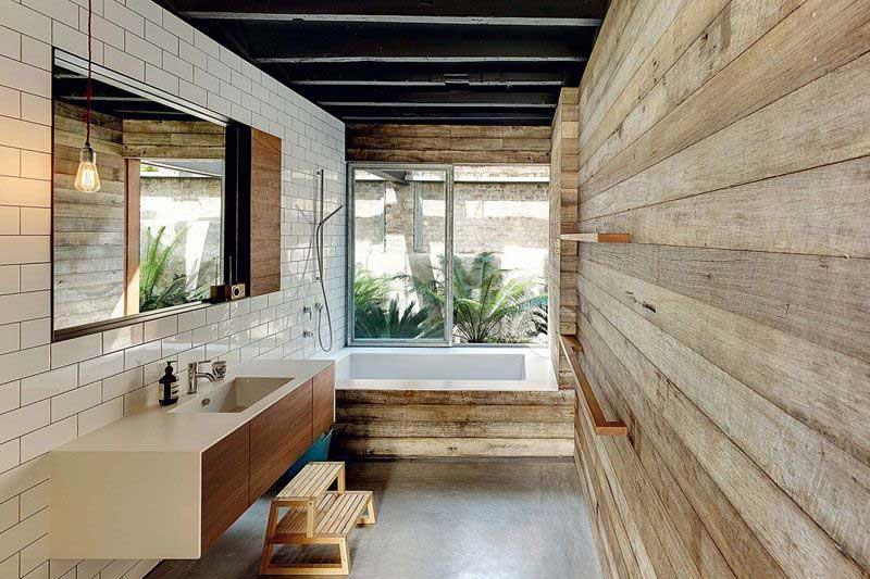 Rustieke badkamer met rustieke muur