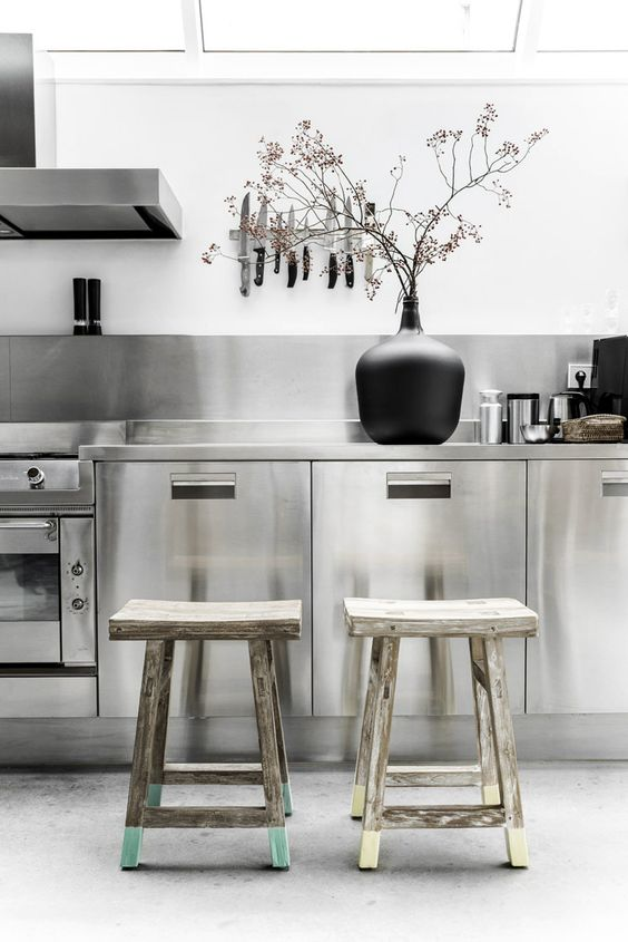 rvs-keuken-houten-krukjes