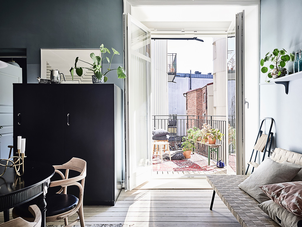 dit scandinavisch appartement heeft hele mooie gekleurde muren homease. Black Bedroom Furniture Sets. Home Design Ideas