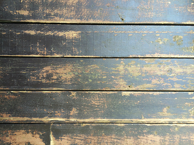 Schildering houten vlonders in de tuin van kunstenares Alisa Burke