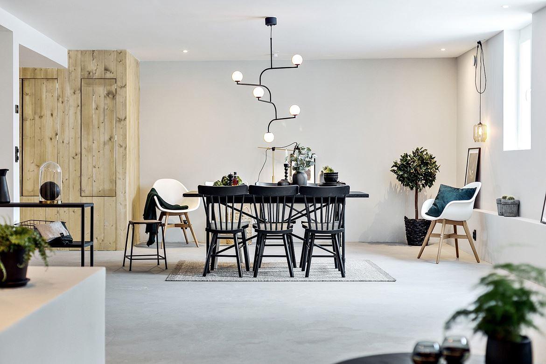 Sfeervolle woonkamer met betonlook gietvloer en grijze muren