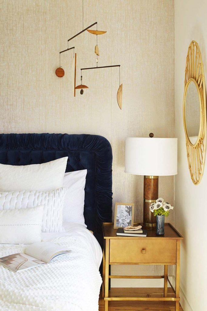 slaapkamer decoratie ideeen combineer harde zachte vormen - mobile en spiegel