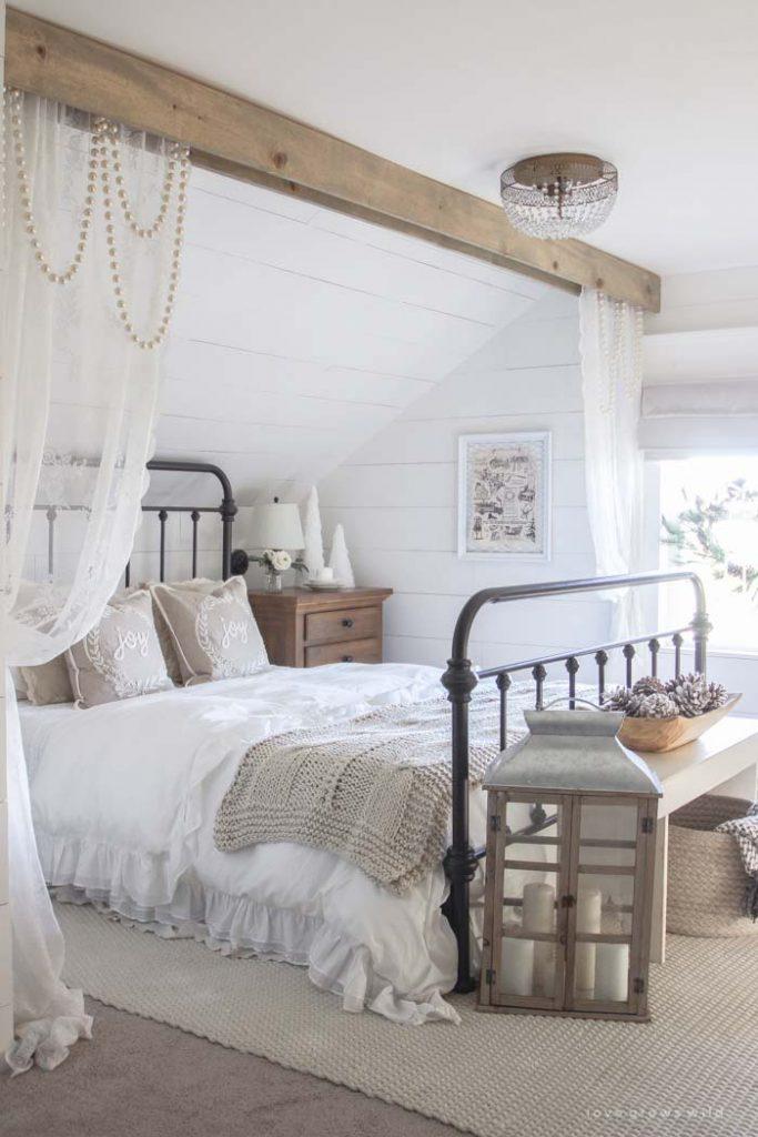 slaapkamer decoratie ideeen gordijnen hangen aan houten balken