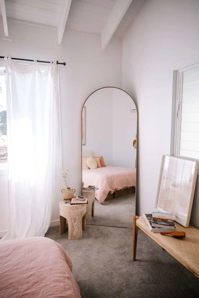 slaapkamer decoratie ideeen grote spiegel in de hoek