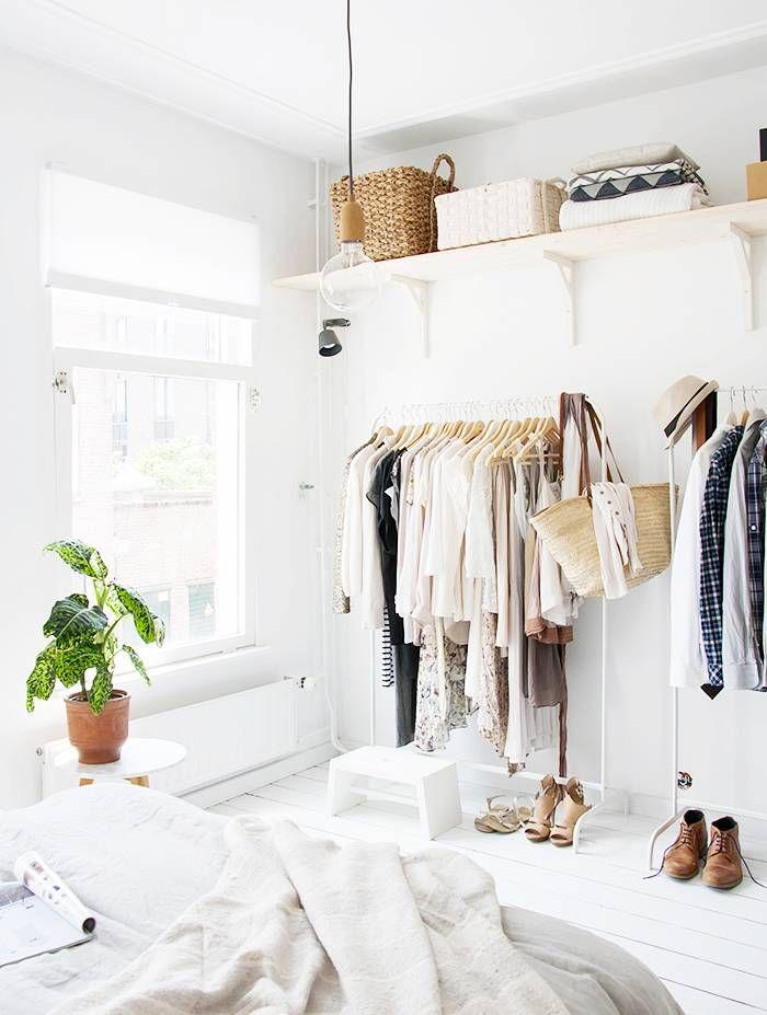 slaapkamer decoratie ideeen kledingrekken wandplank