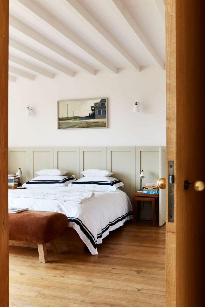 slaapkamer decoratie ideeën lambrisering hoofdbord