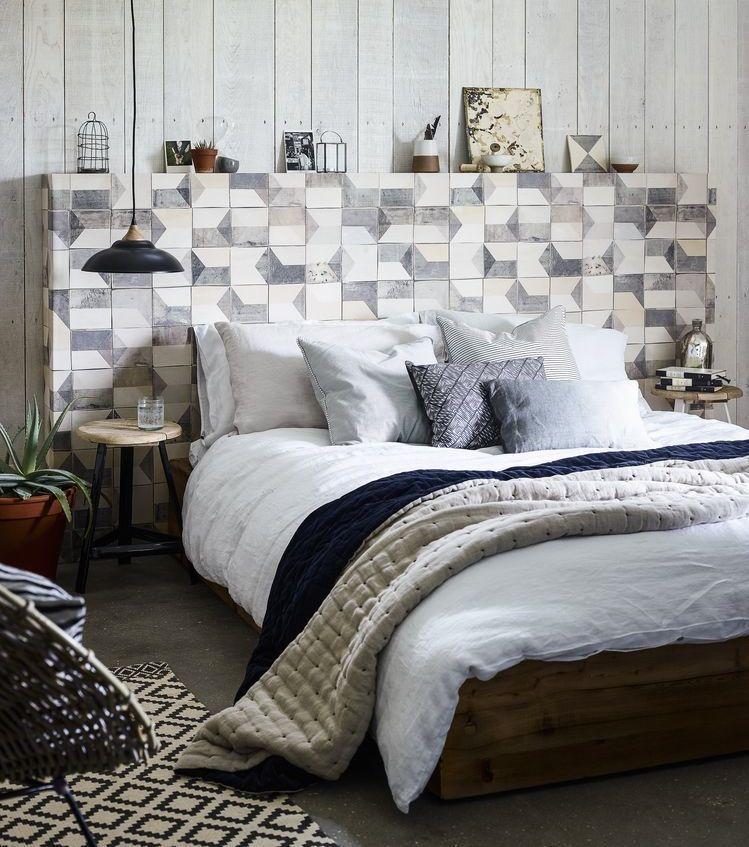 Stoere slaapkamer met stoer hoofdbord aan sloophouten muur