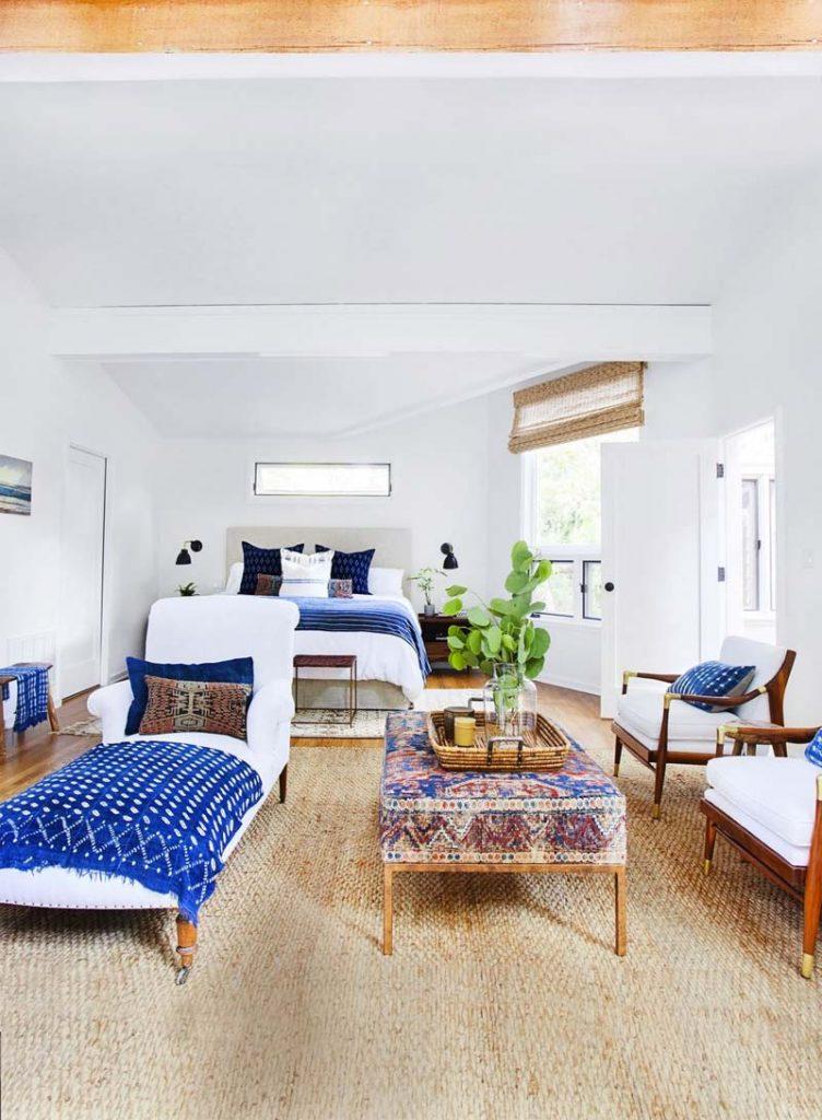 slaapkamer decoratie ideeen zithoek inrichten met fauteuils, salontafel en chaise longue