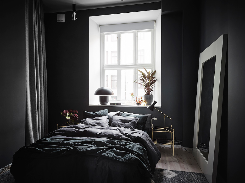 slaapkamer decoratie ideeen - zwarte muren, zwart beddengoed en zwarte gordijnen