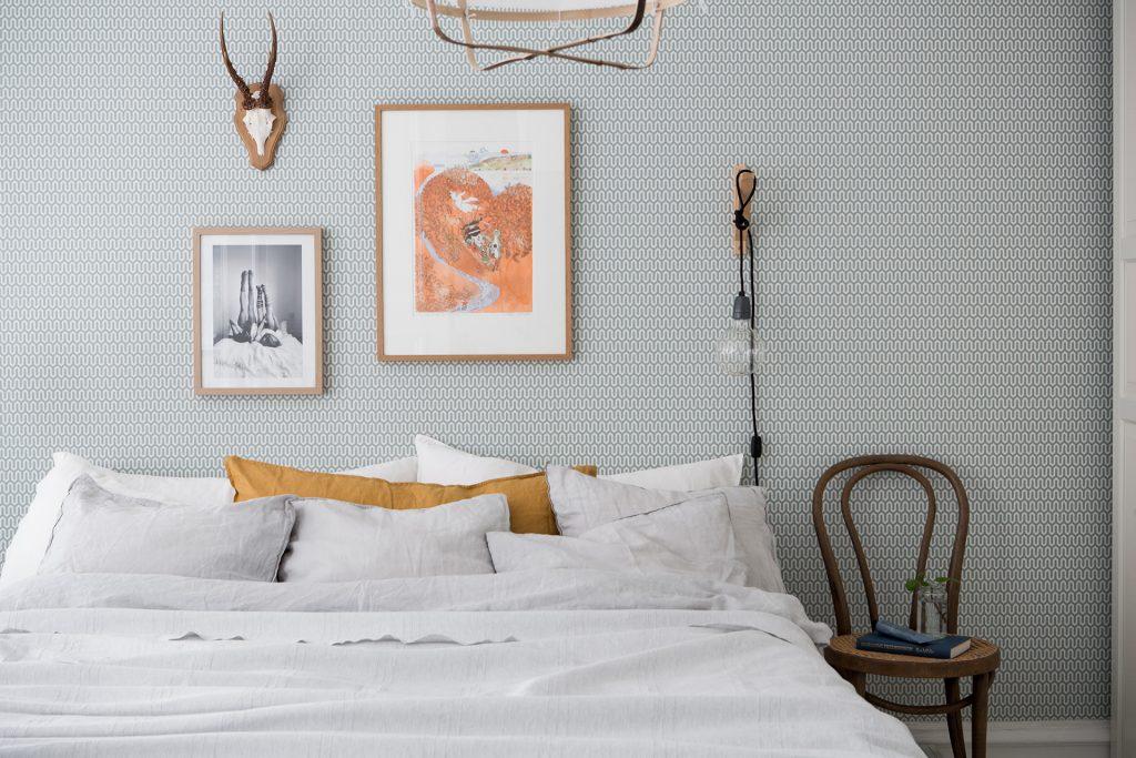In deze mooie slaapkamer vind je een aantal hele leuke decoratie ...