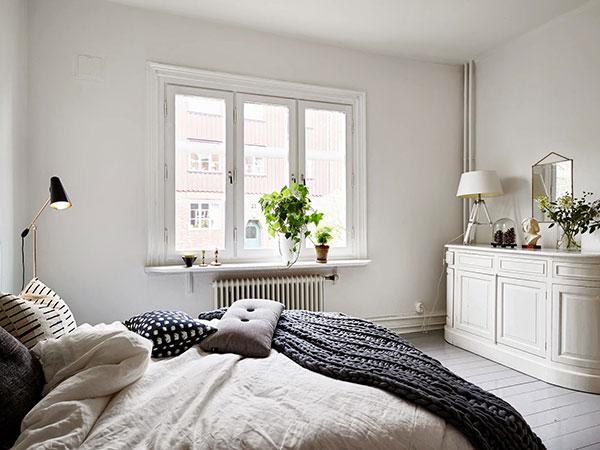 Slaapkamer met openslaande deuren naar woonkamer