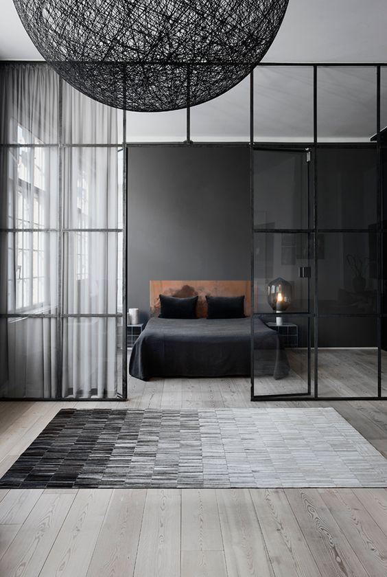 Slaapkamer met stalen kozijnen wand