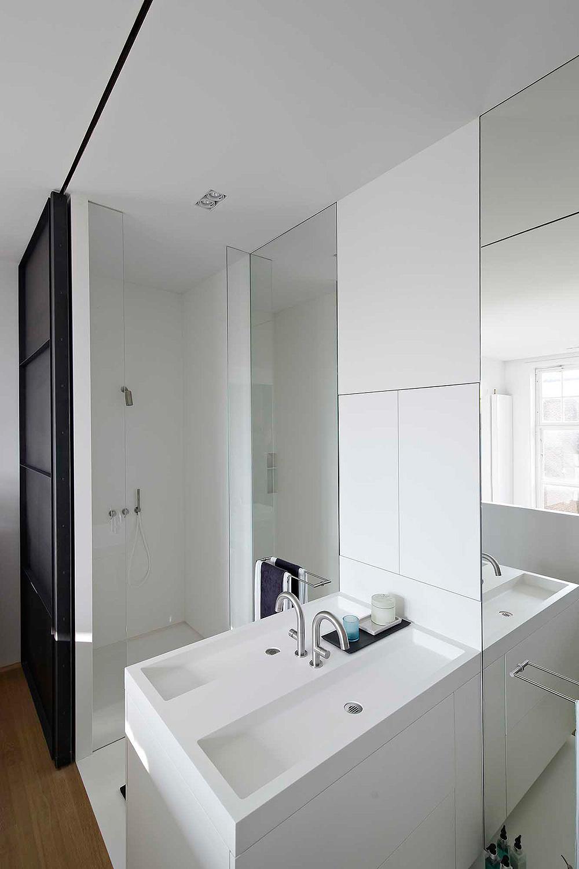 Deze smalle badkamer en suite is geweldig! | HOMEASE