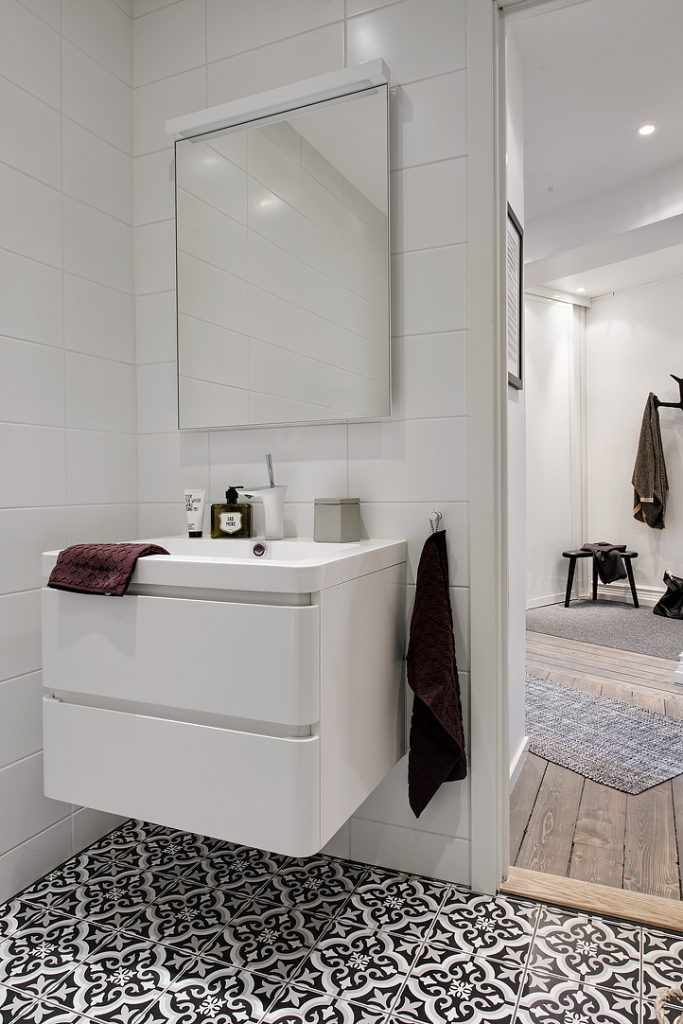 smalle-witte-badkamermeubel-ladekasten