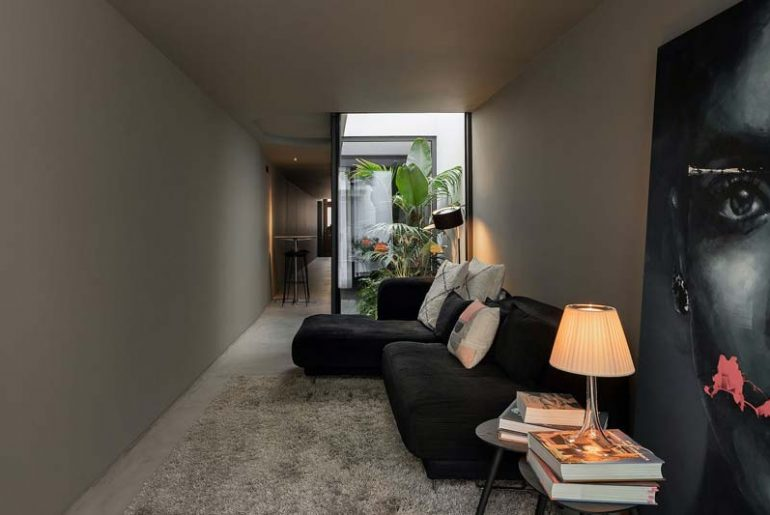 smalle woning donker interieur