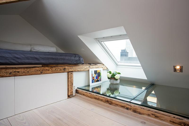 Speelse slaapkamer met beloopbaar glas in vloer
