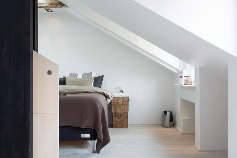 Speelse slaapkamer met dakraam