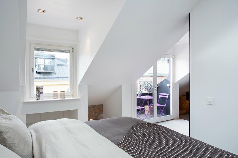 Speelse slaapkamer met inloopkast en badkamer