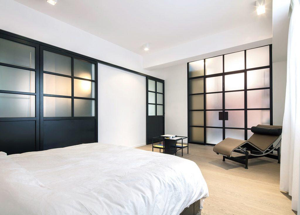 Kleine Minimalistische Slaapkamer : Moderne klassieke slaapkamer met inloopkast en badkamer homease