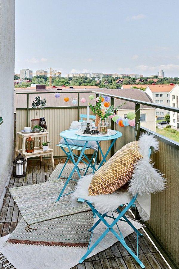 Stoelen op balkon