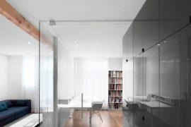Stoer transparant thuiskantoor naast de woonkamer en keuken