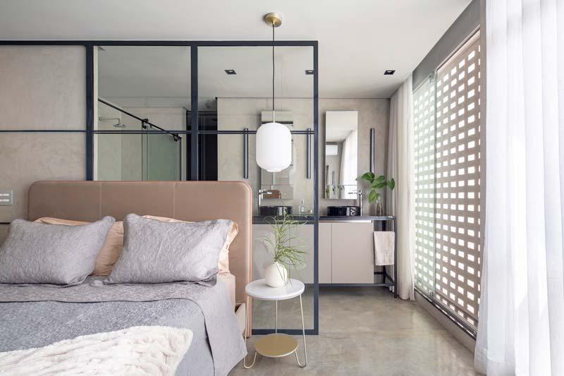 Stoere slaapkamer gescheiden van badkamer ensuite met glazen wand met stalen kozijnen