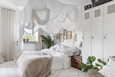 Stoere witte hemelse slaapkamer