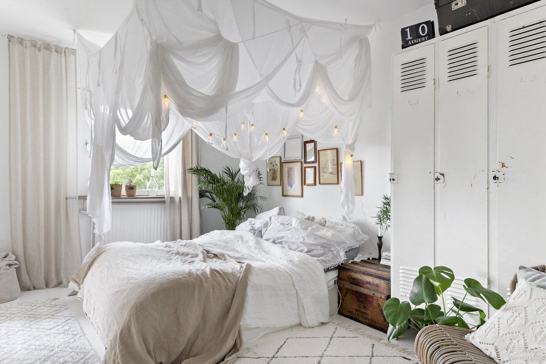Stoere witte hemelse slaapkamer | HOMEASE