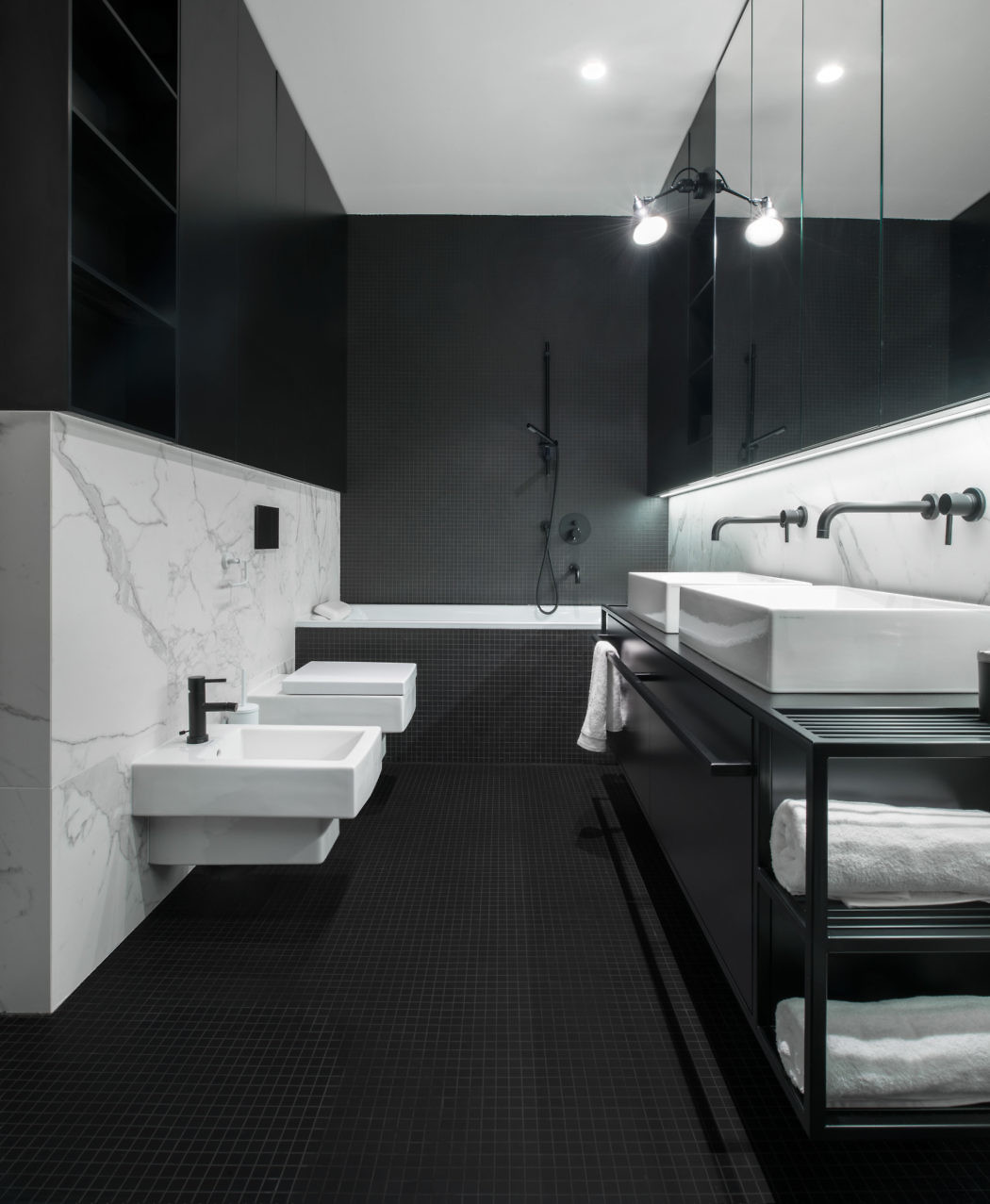 Stoere zwart wit badkamer