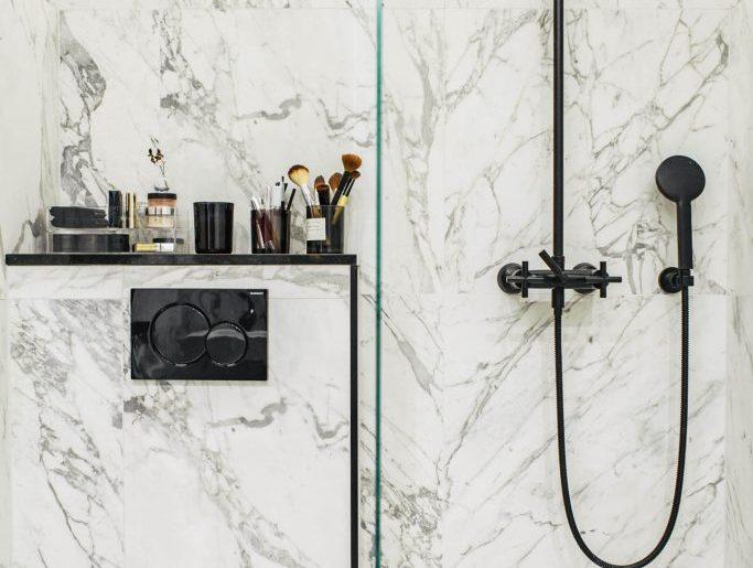 super kleine luxe badkamer met marmeren tegels