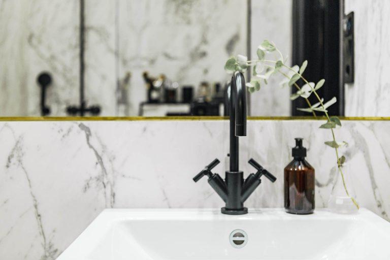 super kleine luxe badkamer zwarte kraan
