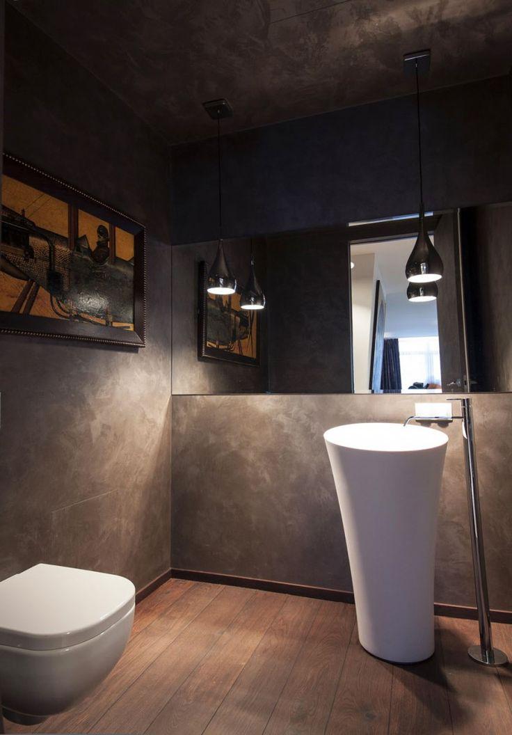 Toilet inspiratie - houten vloer, betonstuc en grote wandspiegel