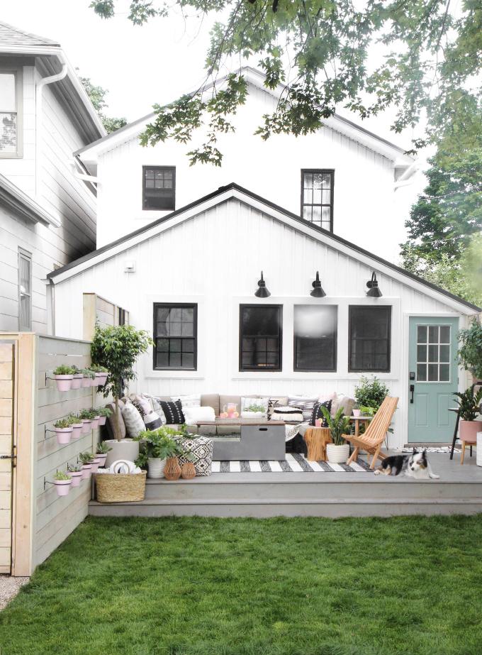 Met het grote gestreepte tuinkleed, heeft Jenni Yolo haar tuin een knusse woonkamer sfeer gecreëerd.