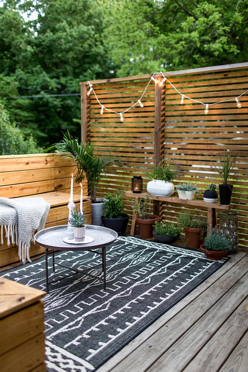De prachtige klein, maar super fijne terrastuin van Megan van Freshexchange.com. Met een groot donker tuinkleed is de woonkamer sfeer in haar tuin helemaal compleet!