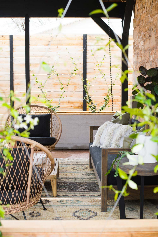 Het vintage tuinkleed in de patio tuin van Mandi van Vintagerevivals.com is de perfecte keus!